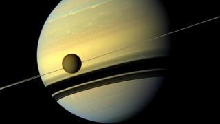 "Титан на фоне Сатурна. Снимок ""Кассини"" 29 августа 2012 года."