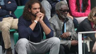 Zacharie Noah, père de Yannick Noah, sur les gradins de Rolland-Garros en 2016 avec son petit-fils Joakim, basketteur en NBA