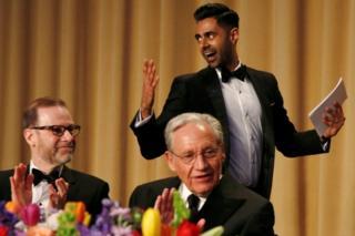 夕食会でトランプ氏をからかったコメディアンのハサン・ミナジ氏(後方)と、ワシントン・ポスト紙のボブ・ウッドワード記者(手前中央)、ロイター通信のスティーブ・アドラー編集局長(30日)