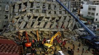 台湾・台南市の倒壊現場で救出作業が続く(7日)