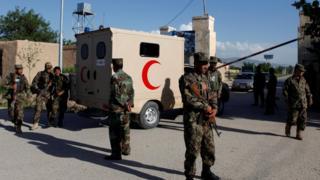 Афганские солдаты у ворот базы после нападения