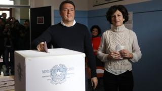 Matteo Renzi en train de voter, accompagnée de son épouse, Agnese Landin.