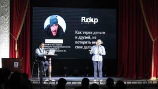 """""""FuckUp Night"""" же көп ирээт жолу болбой, бирок акыры ийгиликке жеткендер кечеси Бишкектеги """"Тунгуч"""" театрынын концерттик холунда өтүп, ага 400гө чукул көрүүчү чогулду."""