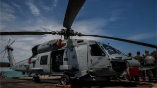 Вертолет с американского крейсера также участвует в учениях