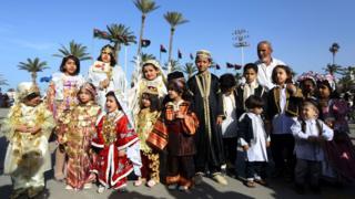 WaLibya hawa wakionesha nguo zao za kitamaduni wakati wa siku ya kusherekea mavazi ya kitamaduni mji mkuu wa Tripoli, Libya