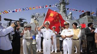 """2009年3月,中国参加海上多国联合军事演习时,""""广州""""号驱逐舰抵达巴基斯坦卡拉奇港。"""