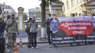 Один из фигурантов дела СКР - Александр Валов (с микрофоном) - на митинге за предоставление иностранным добровольцам-участникам АТО украинского гражданства