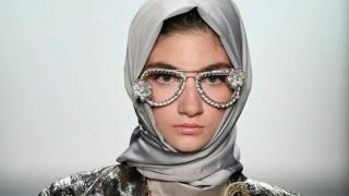 Modelo usando hijab em desfile na Semana de Moda de Nova York