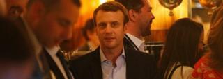 Emmanuel Macron (hagati) niwe yikekwa gutsinda amatora yo ku munsi wa Mungu ku bice 60%