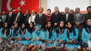 Uluslararası Bilim Olimpiyatı'nda madalya alan Afgan Türk Çağ Eğitim Kurumu öğrencileri için düzenlenen törenden bir fotoğraf