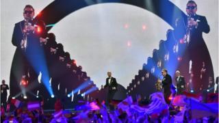 """Гурт з Молдови Sunstroke Project запалив """"Євробачення"""" піснею """"Hey Mamma"""". Їхній виступ виглядав як невелике весілля на сцені."""