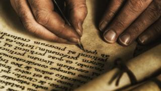 Escribiendo en pergamino