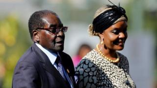 Мугабе звинувачують у тому, що він хоче передати владу своїй дружині