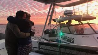 John Craig memeluk erat istrinya setelah berenang 7,5 km melarikan diri dari kejaran hiu