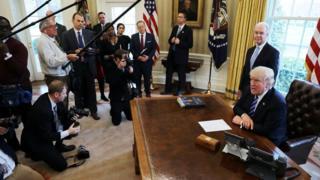 オバマケア改廃法案の撤回後、ホワイトハウス執務室で会見したトランプ氏(25日)