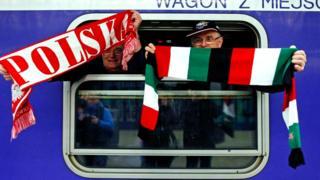 Поляк и венгр с баннерами своих стран