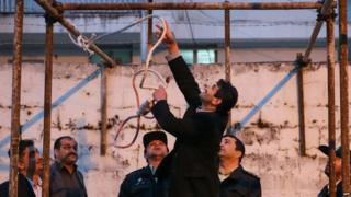 An Iranian official prepares a noose for the execution of a man convicted of murder in the city of Noor (15 April 2014)