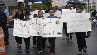 niños protestan para que no cierren su escuela.