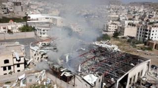 Разбомбленный культурный центр в Сане, где проходили похороны