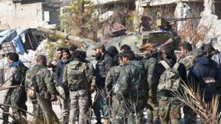 تجمع عدد من جنود النظام داخل أحد أحياء حلب الشرقية