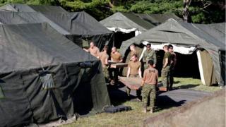 Kanadalı askerler çadır kampı inşa ediyor.