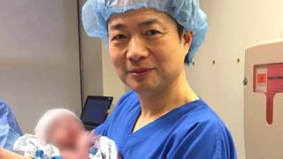 El doctor Zhang fue el responsable del tratamiento.