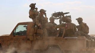 Люди в военной форме, которые могут быть американскими спецназовцами в Сирии