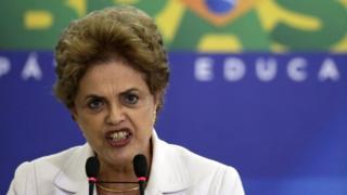 学生や教師らの前で演説するルセフ大統領(12日、ブラジリア)