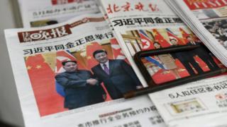 중국을 방문한 김정은 북한 노동당 위원장과 중국 시진핑 국가주석과의 회담을 보도하고 있는 중국 석간신문