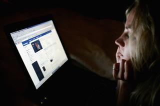 Facebook'a giren bir kadın