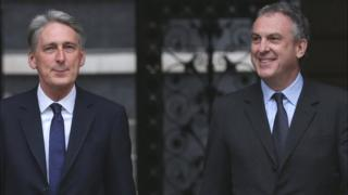 Ex-Foreign Secretary Philip Hammond (L) and ex-Permanent Under-Secretary at the Foreign and Commonwealth Office Simon Fraser, 8 May 15 file photo