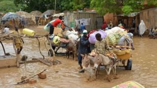 Abaturage batuye mu gace karengewe n'imyuzure i Niamey barimo guhungisha ibyabo.