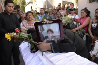 Shirley Palencia llora el 17 de marzo de 2017 sobre el ataúd de su hermana Kimberly Mishel Palencia Ortiz, de 17 años, una de las víctimas de la tragedia del Hogar Seguro Virgen de la Asunción del 8 de marzo de 2017.