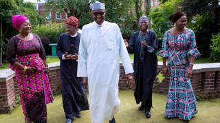 Prezida Muhammadu Buhari (hagati) yari amaze kuza kwivuza London