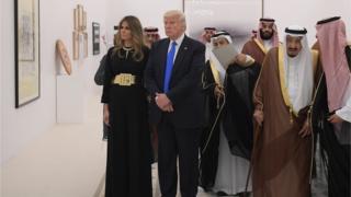 Quốc vương Salman (thứ hai từ phải), Tổng thống Donald Trump và Đệ nhất Phu nhân Melania Trump tại Hoàng cung Saudi hôm 20/5/2017