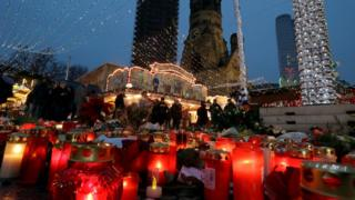 Bunga dan lilin di pasar natal Breitscheidplatz Berlin, lokasi serangan truk beberapa hari lalu.