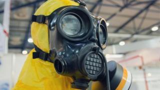 Máscara usada para lidar com químicos