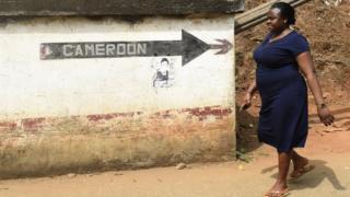 One woman dey walk for Nigeria Cameroon border