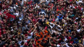 Vista aérea de Lula da Silva en medio de una multitud de gente.