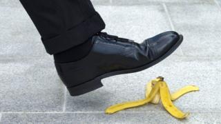 Hombre a punto de pisar banana