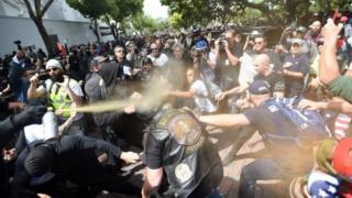 در برکلی کالیفرنیا موافقان و مخالفان آقای ترامپ برای دقایقی درگیر شدند