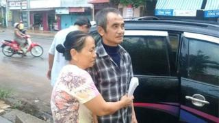 Ông Huỳnh Văn Nén và vợ đi kêu oan