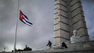 首都ハバナの革命広場では国旗が半旗で掲げられた