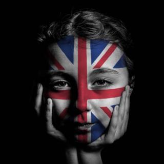Joven con cara pintada con la bandera británica
