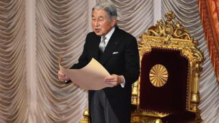 El emperador Akihito da un discurso durante la apertura de la legislatura en Tokio, 4 de enero de 2016