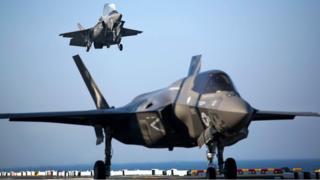 "F-35B во время посадки на американский авианосец ""Уосп"""