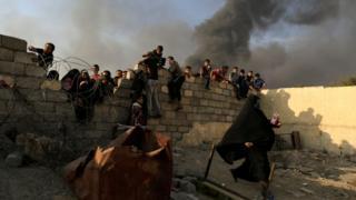 Musul çevresindeki köylerden kaçan siviller