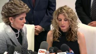 خانم زرووس - راست - در کنار وکیلش در یک کنفرانس خبری شرکت کرد