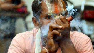 Чоловік курить гашиш