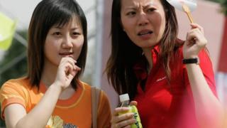 Dos mujeres chinas con cara de extrañeza